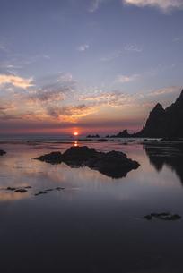 礼文島からの夕日の写真素材 [FYI04579868]