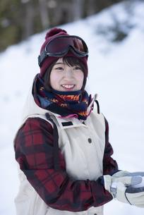 ゲレンデで微笑む女性の写真素材 [FYI04579876]