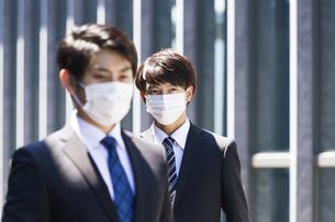 マスクをしたビジネスマンの写真素材 [FYI04580013]