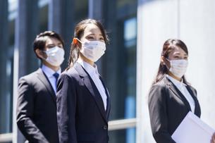 マスクをした就活生の写真素材 [FYI04580027]