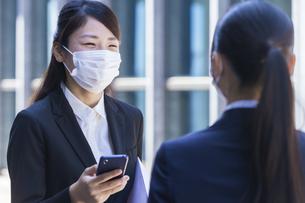マスクをした就活生の写真素材 [FYI04580035]