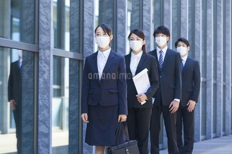 マスクをした就活生の写真素材 [FYI04580042]