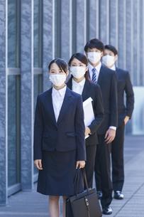 マスクをした就活生の写真素材 [FYI04580044]