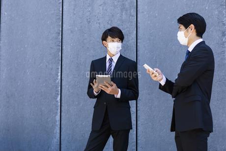 マスクをした就活生の写真素材 [FYI04580050]