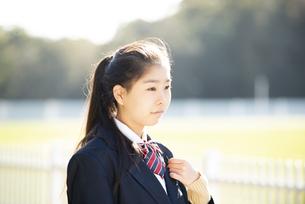 制服姿の女子学生の横顔の写真素材 [FYI04580110]