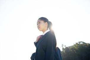 遠くを見ている制服姿の女子学生の写真素材 [FYI04580211]