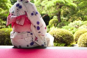 縁側に座る浴衣の女性の写真素材 [FYI04581010]