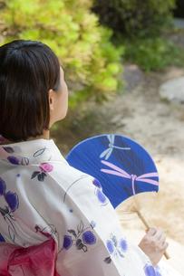 団扇で扇ぐ浴衣の女性の写真素材 [FYI04581023]