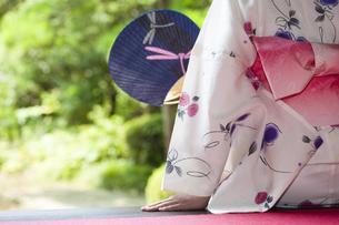 団扇で扇ぐ浴衣の女性の写真素材 [FYI04581039]