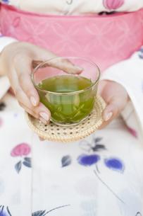 冷茶を持つ浴衣の女性の写真素材 [FYI04581075]