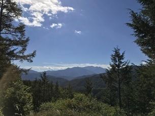 高原の青空、青い空に浮かぶ雲、南アルプスの眺望の写真素材 [FYI04581125]
