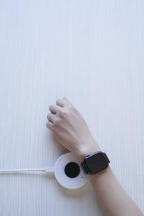 スマートウォッチでキャッシュレス決済をするところの写真素材 [FYI04581157]