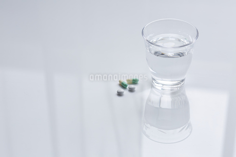 ガラスのコップと薬の写真素材 [FYI04581185]