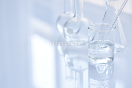 ガラスのフラスコやビーカーの写真素材 [FYI04581190]