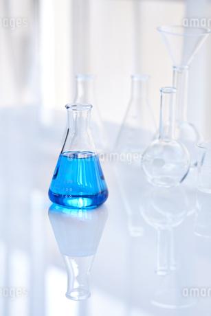青い液体が入った三角フラスコとガラスのフラスコやビーカーの写真素材 [FYI04581192]