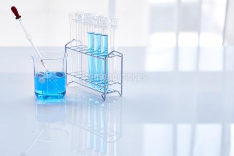 青い液体が入った試験管とビーカーの写真素材 [FYI04581195]