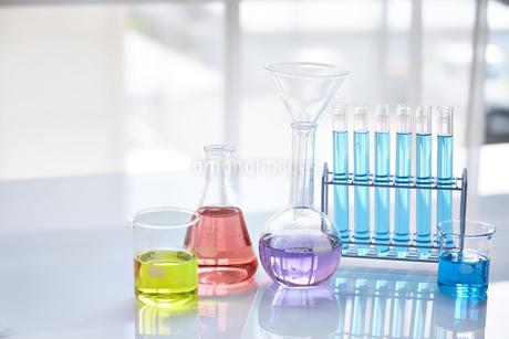 いろんな色の液体が入った試験管やビーカーやフラスコの写真素材 [FYI04581199]