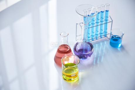 いろんな色の液体が入った試験管やビーカーやフラスコの写真素材 [FYI04581200]