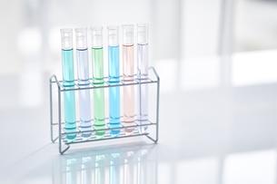 いろんな色の液体が入った試験管の写真素材 [FYI04581201]