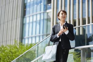 スマートフォンを持っているスーツを着た女性の写真素材 [FYI04581226]