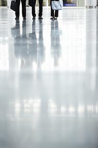 スーツを着た男女の足元の写真素材 [FYI04581230]