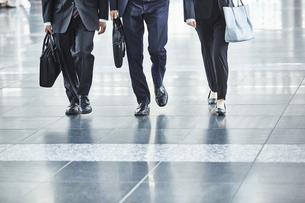 スーツを着た男女の足元の写真素材 [FYI04581233]