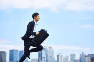 スーツを着て走っているビジネスマンの写真素材 [FYI04581248]