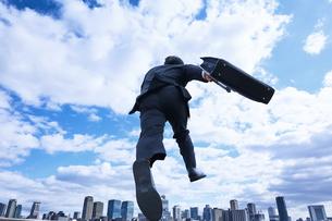 スーツを着て走っているビジネスマンの写真素材 [FYI04581249]