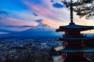レンズ雲の富士山の写真素材 [FYI04581451]