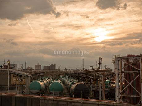 夕日を反射する工業地帯の貨物列車の写真素材 [FYI04581465]