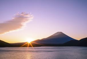 山梨県 本栖湖より富士山からの日の出の写真素材 [FYI04581528]