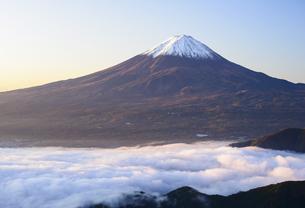 山梨県 夜明けの富士山と雲海の写真素材 [FYI04581539]