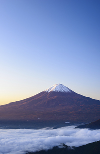 山梨県 夜明けの富士山と雲海の写真素材 [FYI04581541]