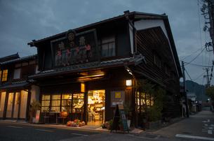 うだつの上がる町並みの夜景の写真素材 [FYI04581625]