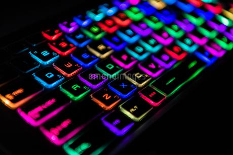 七色に光るゲーミングキーボードの写真素材 [FYI04581642]