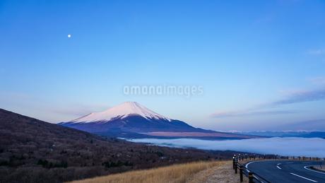 早春の三国峠から富士山 雲海パノラマの写真素材 [FYI04581696]