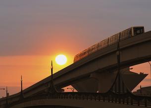 朝日と新交通ゆりかもめの写真素材 [FYI04581878]