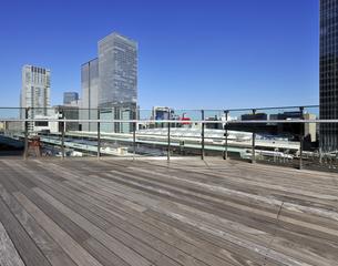 KITTEガーデンの屋上フロアと丸の内の高層ビル群の写真素材 [FYI04581884]