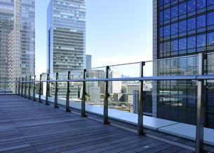 KITTEガーデンの屋上フロアと丸の内の高層ビル群の写真素材 [FYI04581886]
