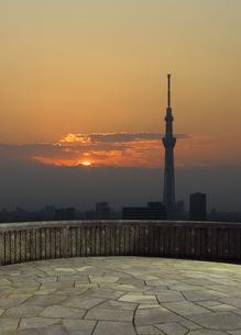 バルコニーと夕日と東京スカイツリーの写真素材 [FYI04581890]