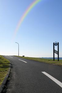 虹と道路の写真素材 [FYI04581899]