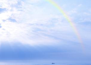 光芒と虹の写真素材 [FYI04581911]
