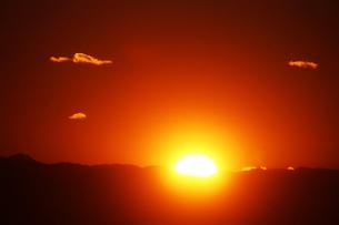 空・沈む夕陽の写真素材 [FYI04582024]