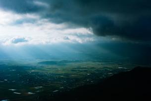 日差し差し込む町(阿蘇市)の写真素材 [FYI04582046]