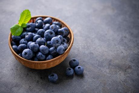 Fresh ripe blueberries in basket on dark background.の写真素材 [FYI04582053]