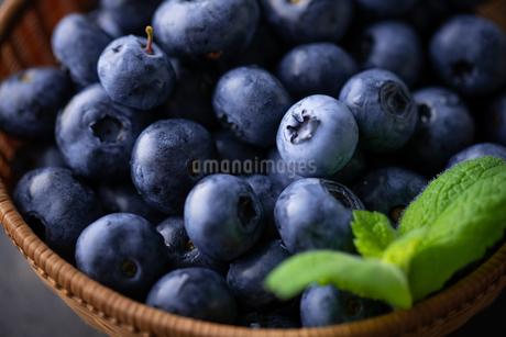 Fresh ripe blueberries in basket on dark background.の写真素材 [FYI04582054]