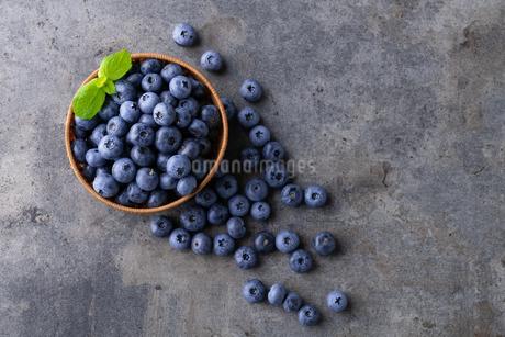 Fresh ripe blueberries in basket on dark background.の写真素材 [FYI04582055]