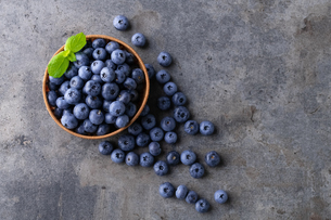 Fresh ripe blueberries in basket on dark background.の写真素材 [FYI04582055]