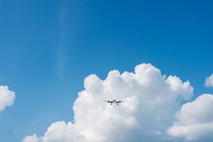 入道雲と着陸態勢の飛行機の写真素材 [FYI04582064]