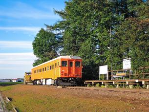 幸福駅(旧国鉄広尾線)の保存車両(キハ22形気動車とモーターカー)の写真素材 [FYI04582344]